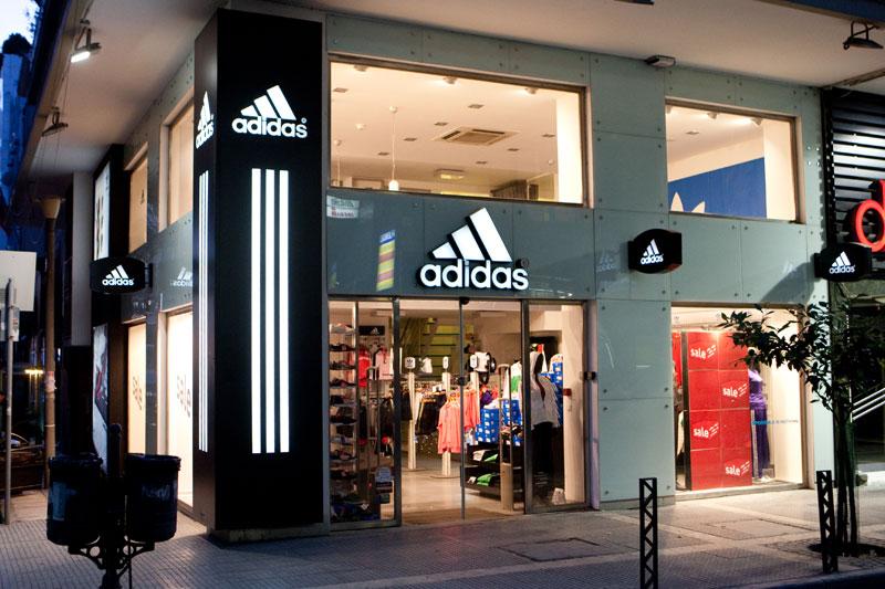 041ff755f0 Επιγραφή με επένδυση κολώνας και ανάγλυφα γράμματα καταστήματος Adidas στην  οδό Μητροπόλεως στην Θεσσαλονίκη